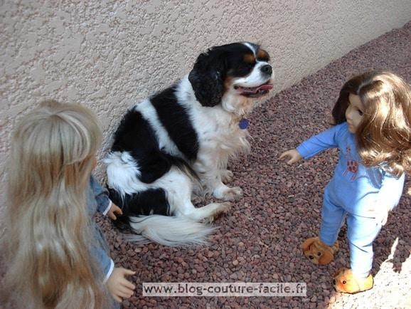 poupées en pyjama et cavalier king charles