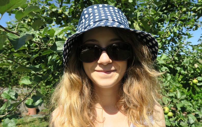 chapeau bleu à pois blanc