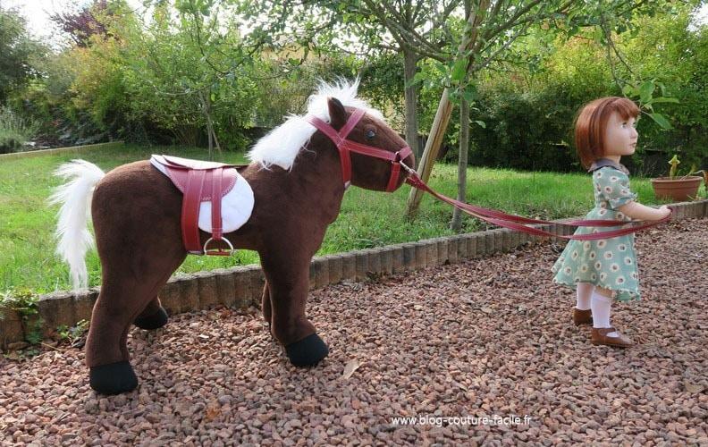 poupee qui part en promenade sur son cheval